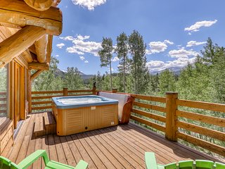 Mountain view cabin w/hot tub, pool table, gas fireplace-near town