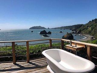 New Listing~Luffenholtz Surfside Cottage-Romantic, Soaking Tub, Private Deck