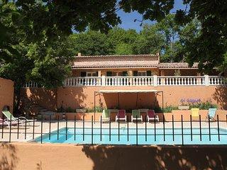 Villa tout confort  avec piscine chauffee  face au  Luberon