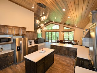 Minutes from Yellowstone! New Building! Beautiful Luxury Mountain Escape