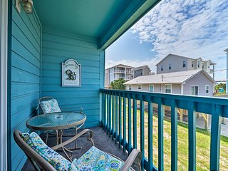 Condo w/ Balcony & Pool < 2 Mi to Carolina Beach!