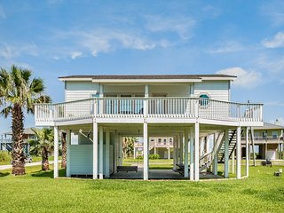 Cozy, dog-friendly beachside cottage w/deck & great beach views!
