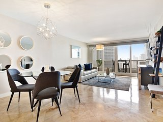 Bayfront, high-tech penthouse w/ amazing bay/city view & balcony!