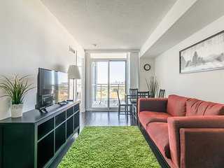 Simply Comfort. Elegant Downtown Condo with Balcony