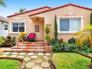 Dreamy, dog-friendly house near Hollywood Beach Blvd. and the beach!