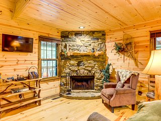 Dog-friendly, creekside cabin w/fireplace & hot tub-near Helen
