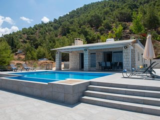 Seaviews, mountain views, private pool, A/C,