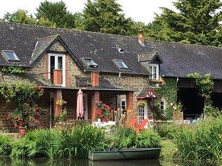 Perfect cottage,tranquil with own carp fishing lake, large splash pool, gardens.