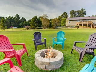 Creekside home w/ private hot tub, deck, grill & fireplace - free wifi!