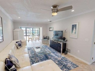 Beautifully renovated cozy bay front condo with pool, grill,  and private beach