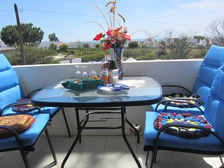 Central Algarve Apartment near Lovely Beaches and Cliff Walks