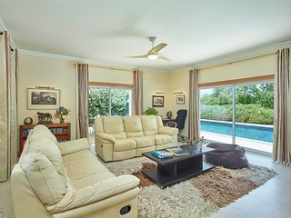 Sitting room with views over the pool