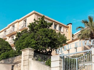 1 bedroom Apartment with WiFi and Walk to Beach & Shops - 5811150