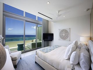 5TH NIGHT FREE - Spacious Seven Mile Beach Penthouse with 360 Ocean Views