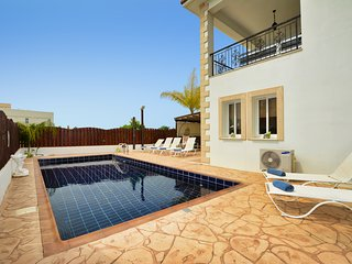 Halifax 2, 4 Bedrooms with pool. Private Villa in the center