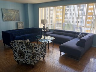 SPACIOUS 2 BEDROOM 2 BATH NEAR THE GROVE, BEVERLY HILLS, AND SUNSET BLVD.