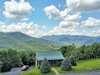 Almost Heaven-2 BR, 3 BA with MILLION DOLLAR VIEWS! HOT TUB, WIFI, GAS FIREPLACE