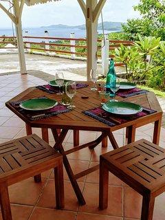 Jolie petite table en bois avec ses tabourets pour profiter de vos bonnes recettes