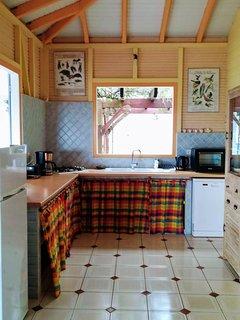 Les placards de la cuisine sont décorés d'un joli tissu Madras, typique des Antilles.