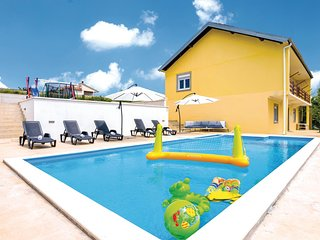 Awesome home in Nadin w/ WiFi and 5 Bedrooms