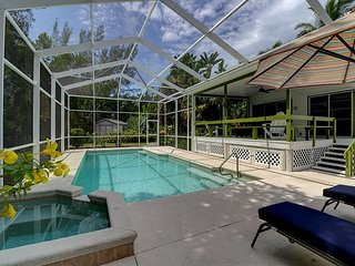 Coconut Palms: Charming Near Beach Cottage Nestled in the Heart of Sanibel!