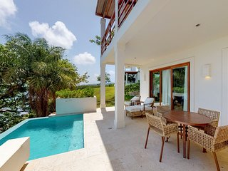 Villa w/ gorgeous sea views, private plunge pool, balcony & beach access!