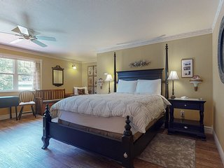 Charming studio at bayfront lodge w/ fire place & harbor views - near the beach!