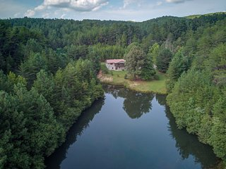 Waterfront cabin w/ gas fireplace, deck & foosball - close to town & the river!