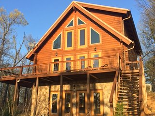 Beautiful custom built log cabin overlooking Lake Norfork on quiet 10 acres