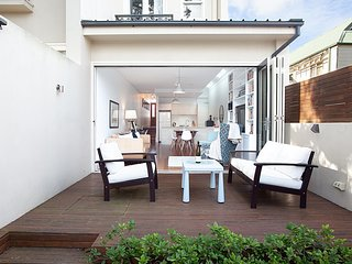 Elegant Terrace Ten Minutes From The City