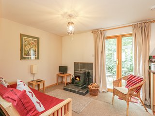 BRUCANICH COTTAGE, eco-friendly annexe, with woodburning stove, decked area, in