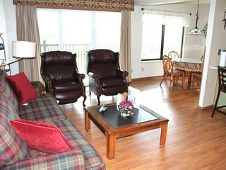Private, end unit. Amazing Lake Views- 2bed 2bath Condo-Large deck- Avoid Traffi