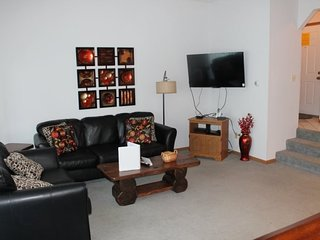 Lovely and Peaceful 2 bed 2 bath Condo - 1 mile SDC - Lake Views - Pool and Jacu