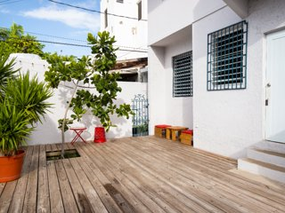 Lovely apartment with outdoor space, steps from the beach!