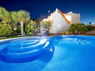 Villa Mali, near Playa d'en Bossa and Ibiza Town! Private Pool, Wifi and Aircon.