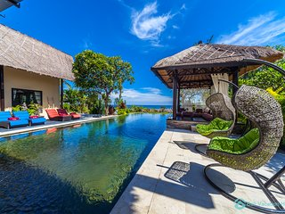 Gorgeous Beachfront Pool Villa with staff, Lovina
