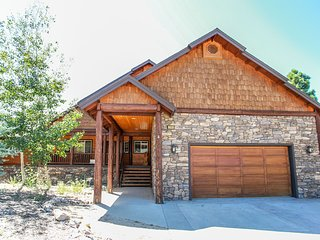 Angel View Chalet Spacious 6 BR Modern Log Cabin / Hot Tub / Game Room