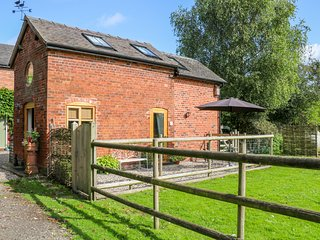 CHEQUER STABLE, woodburning stove, mezzanine bedroom near to Congleton, Ref