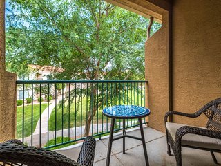 Lakefront condo with community pool and hot tub!