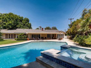 Elegant 5BR House w/ Sparkling Pool near LV Strip