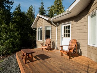 Green Cedar Retreat - Queen Suite + Hot Tub