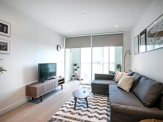 Bright 1 Bedroom Flat with Amazing Rooftop!