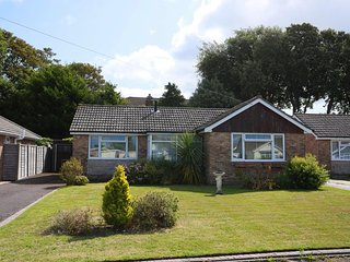 BOURNECOAST: PET FRIENDLY BUNGALOW WITH GARDEN NEAR TO AVON BEACH - HB6231