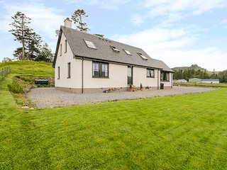 CREAG-NA-SANAIS, family friendly, country holiday cottage, with a garden in