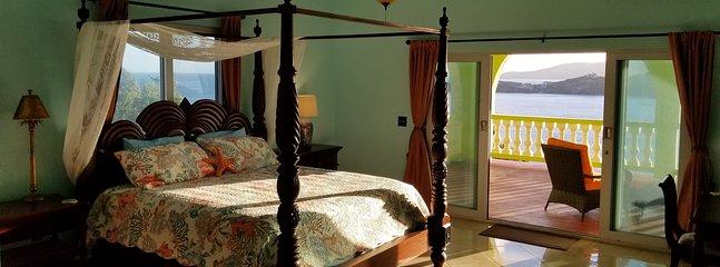 Das Ocean Room verfügt über einen angrenzenden Balkon mit Blick auf die Magens Bay