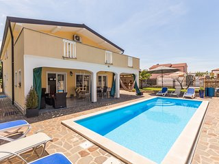 4* Ferienwohnung für 6+2  Personen mit privaten Beherzten  Pool in Istrien