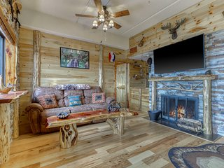 Cabin-like condo with gorgeous mountain views & shared hot tub/pool/sauna!