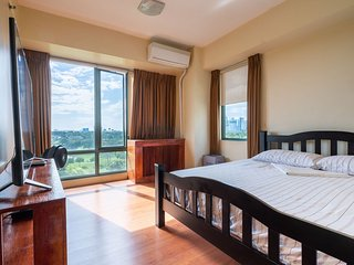 Luxury Corner Unit - Golf Course View, Wifi, Pool