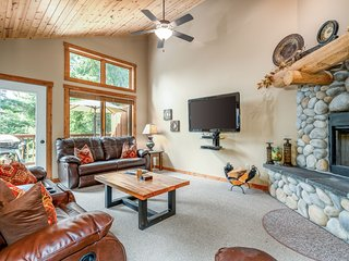 Comfortable condo w/ private hot tub and sauna, 7 miles to skiing