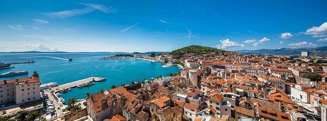 La magnífica ciudad de Split se estableció en el costo del mar del hermoso mar Adriático.